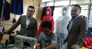 Steven Wongso (kiri) dan Samuel Wongso (kanan) dari Wong Hang Tailor, tengah memperhatikan pembuatan APD dari para penjahitnya. Foto: Ibra.