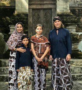 Ayu Azhari bersama keluarga lantunkan lagu religi. Foto: ist.