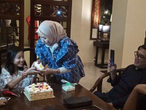 Aisyah diberikan sepotong kue ultah oleh mamanya, Pipit Kusuma Dewi, yang disaksikan sang papa Gion Prabowo. Foto : Ist,