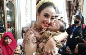 Monica Soraya Angels Baby bersama salah satu anak asuhnya. Foto: Ibra.