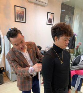 Desainer Stephen Putra Wongso dari Wong Hang Tailor, saat fitting Jas Reza Arap. Foto: Ist.