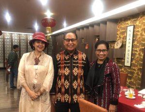 Ayu Azhari bersama Wakil Gubernur NTT Josef Nai Soi dan isteri diacara Exotic Tenun Fest 2021. Foto: ist.