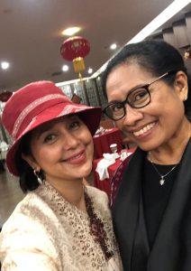 Ayu Azhari dan Isteri Wagub NTT, Ibu Julie Sutrisno Laisodat. Foto: Ist.