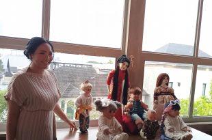 Furi Hasan dan 7 Koleksi Bonekanya. Foto: Ibra