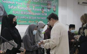 Pafindo berbagi ke anak yatim. Tampak Ketua Umum tengah melakukan aksisosialnya. Foto: Ki2.