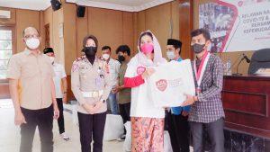 Ayu Azhari dan Relawan Covid 19 Berbagi Sembako di Lebak Banten, Jumat 20/8/22)
