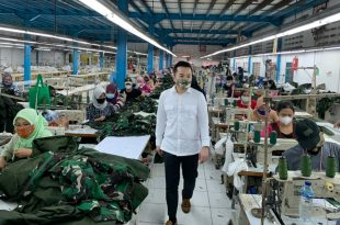 Stephen Wongso dari  Wang Hang Tailor saat meneliti pembuatan usaha baju APD di perusahaannya. Foto: ist.