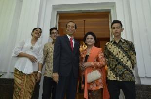 Presiden terpilih Joko Widodo (tengah) bersama Isteri Ny. Iriana (kedua kanan), anak sulung Gibran Rakabuming Raka (kanan), anak kedua Kahiyang Ayu (kiri) dan anak bungsu Kaesang Pangarep (kedua kiri) bersiap menuju Gedung MPR di Rumah Dinas Gubernur DKI J