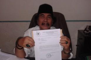 Jaja Miharjda tunjukan bukti surat buat Gubernur DKI dari Kemensekneg terkait soal sengketa tanah milik Kakaknya HM> Arsyad. Foto: Ibra.