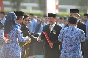 Menteri LHK Siti Nurbaya, Berikan Penghargaan. Foto: Dok. Humas KLHK.