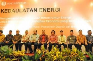 Menteri LHK Siti Nurbaya berkesempatan melakukan sesi foto bersama dengan Gubernur BI Agus Martowardojo, Menteri Keuangan Bambang Brodjonegoro, serta perwakilan Pemerintah Pusat dan Pemerintah Daerah pada rapat koordinasi kedaulatan energi di Balikpapan, Selasa (10/08).