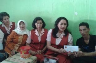 KOWANI Beri santunan pada keluarga korban kebakaran si Kembar di Cakung, Jakarta Timur, Rabu (23/9/2015). Foto: Ibrahim. S