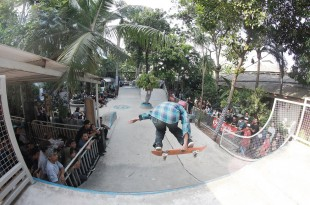 Aksi salah satu skateboarder yang memukau penonton. Foto: Rey.