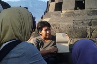 Ati tengah mendongeng di Candi Bororbudur. Foto: Ibra