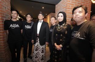 Menteri Pendidikan dan Kebudayaan, Anies Baswedan dan para pemain serta tim film Aisyah Biarkan Kami Bersaudara. Foto: Dudut Suhendra Putra.