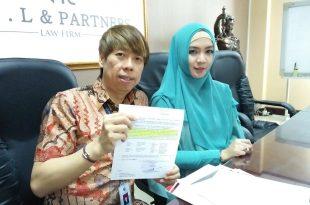 Fara Diba (hijab biru) didampingi kuasa hukumnya Henry Indraguna saat menunjukan surat SP21 pada awak media, Jumat (7/4/2017) di ruang kerja Henry di Jakarta. Foto: Ibra.