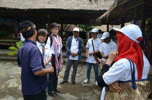 Peserta workshop yang terdiri tour guide profesional anggota ASITA mendatangi Desa Adat Sade. Foto: Dok ASITA.