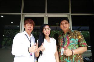 Penyanyi dangdut Ratu Meta didampingi kuasa hukumnya Henry Indraguna dan staf, usai diperiksa Polisi terkait kasusnya dengan Alona, saat memberikan keterangan pada wartawan,  Rabu (10/5/2017) di Polda Metro jaya. Jakarta, Foto; Ibra.