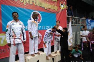 Nelwan Rompis mengalungkan medali ke pemenang Sekoci Cup II/87. Foto: Ist.