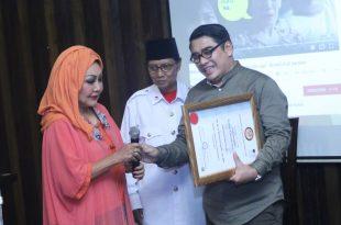 Ketua Umum Gion Prabowo (kanan) saat mendapat kabar  dari Erna Santoso, diberi gelar Pangeran dan Doktor Honoris Causa, Foto: Can.