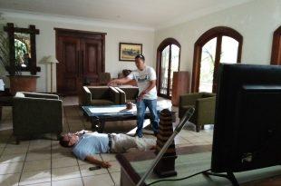 Sutradara Julianto ketika mengarahkan aktor seinor Roy Marten di film Incredible I Love, suting pertama, Senin (27/11/2017) di jakarta. Foto: Ibra.