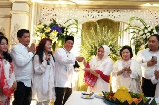 Desainer Anna Mariana berikan nasi tumpeng pada Ketua panitia Jerfy, tanda syukur kemeangan Jokowi Ma'ruf jadi Presiden. Foto: Ibra.