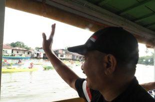 Sapa Menteri Pariwisata (Menpar) Arief Yahya ke pedagang Pasar Terapung di Banjarmasin Kalsel. Foto: ist.