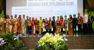 Mereka yang terlibat diacara Festival kopi dan fashion dari KFDI. Foto: ist.