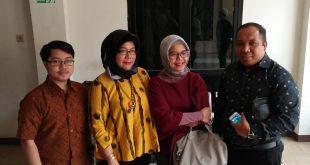 Meriana Sihite (nomer 3 dari kiri), didampingi kuasa hukumnya, Nurdamewati Sihite. SH dan Bachtiar Marasabessy. SH, Septiangga Gunawan. SH dari kantor Hukum Damewati Sihite & Rekan. Foto: Ibra).
