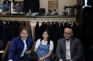 Delon ajak calon isteri fitting baju pengantin ke desainer Samuel Wongso. Foto: ist.