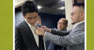 Azka Corbuzier ikuti jejak sang ayah Deddy Corbuzier buat jas di Wong Hang. Azka saat fitting baju bersama desainer Samuel. Foto: Ist.