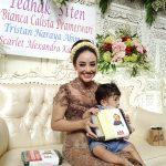 Monica Soraya Angels Baby bersama salah satu anak adopsinya Tristan. Foto: Ibra.